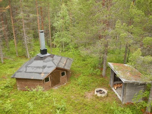 Bild över stuga och vindskydd. Foto: Christian Ortner
